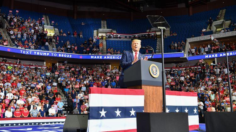 La partie supérieure des tribunesest partiellement vide lors d'un meeting de Donald Trump, le 20 juin 2020 à Tulsa, dans l'Etat d'Oklahoma, aux Etats-Unis. (NICHOLAS KAMM / AFP)