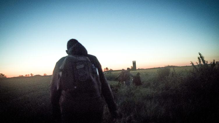 Des réfugies marchent à proximité de la frontière serbe et roumaine, en mai 2021. (MICHAEL BUNEL / LE PICTORIUM / MAXPPP)