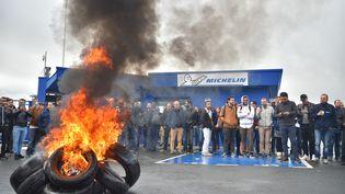 Des employés devant l'usine Michelin de La Roche-sur-Yon, à l'annonce de la fermeture du site, mercredi 10 octobre. (LOIC VENANCE / AFP)