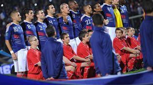 Les Bleus chantent la Marseillaise, le 12 octobre 2010, lors du match entre la France et le Luxembourg. (FRANCK FIFE / AFP)