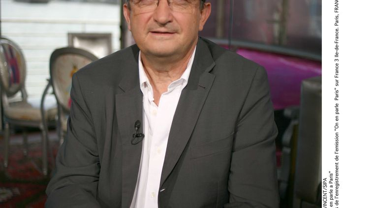 """Pierre Salviac, journaliste sportif, pose lors de l'enregistrement de l'emission """"On en parle Paris"""" sur France 3 Ile-de-France, le 12 septembre 2007. (CAPMAN VINCENT / SIPA)"""