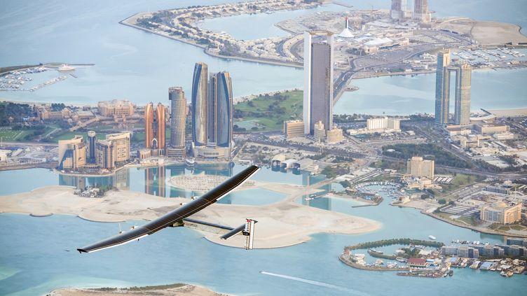 L'avion Solar Impulse 2, lors d'un vol d'essai à Abu Dhabi, le 26 février 2015. (SOLAR IMPULSE / AFP)