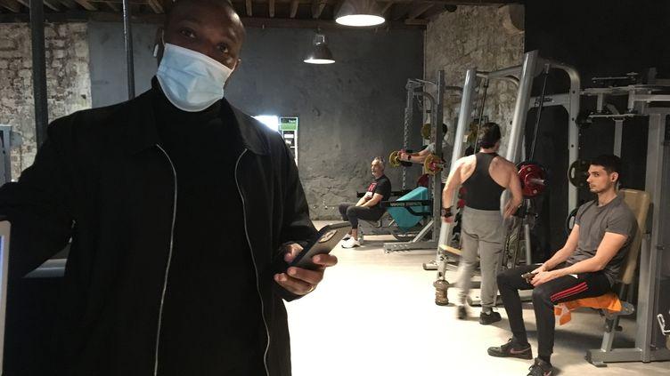 Moses Moubarak, dans sa salle de sport, à Bordeaux. (GREGOIRE LECALOT / RADIO FRANCE)