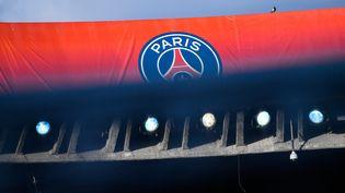 Le logo du PSG durant un match de Ligue des champions entre le club parisien et l'Etoile rouge de Belgrade, le 3 octobre 2018 au Parc des Princes. (JULIEN MATTIA / NURPHOTO / AFP)