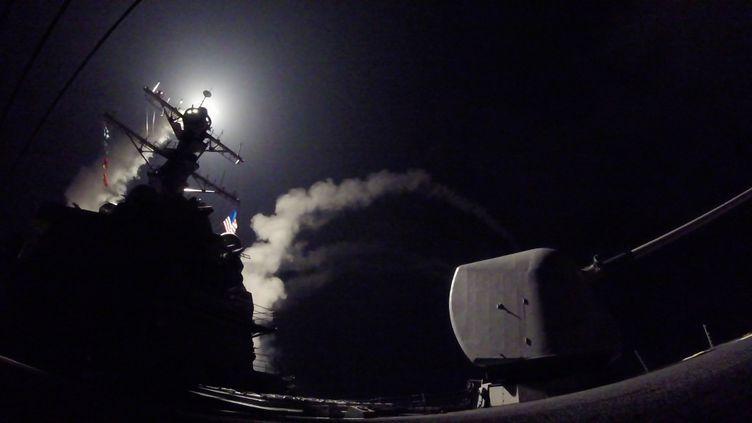 Un missile Tomahawk est tiré depuis le destroyeur USS Porter de la marine américaine, en mer Méditerranée, le 7 avril 2017. (FORD WILLIAMS / US NAVY / AFP)