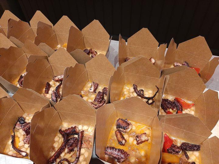 Chez Jòia, les plats à emporter sont servis dans des emballages en carton censés préserver le goût et la chaleur. (ALAIN GASTAL / RADIO FRANCE)