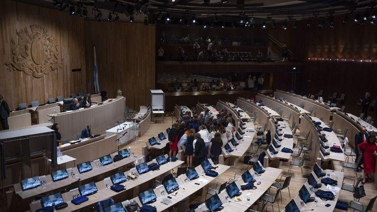 La salle du conseil municipal à Marseille, le 4 juillet 2020, lors de l'élection de la maire Michèle Rubirola. (GUILLAUME ORIGONI / HANS LUCAS)