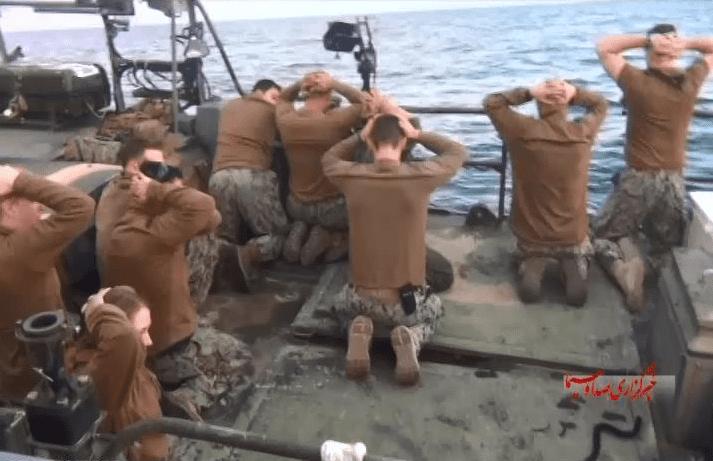 Les marins américains capturés par les gardiens de la Révolution iraniens dans le Golfe: des photos contraires aux conventions de Genève. (Capture d'écran sur Twitter)
