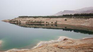Le niveau de la Mer morte a fortement baissé en raison notamment de la sécheresse, le 20 avril 2021, en Jordanie. (KHALIL MAZRAAWI / AFP)