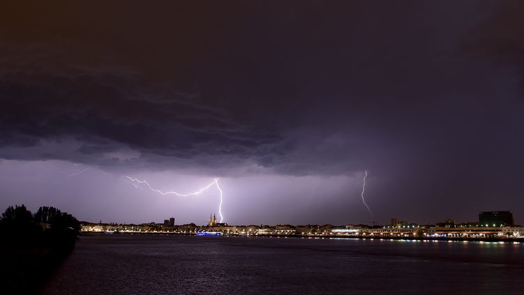 Un éclair lors d'un orage à Bordeaux, le 18 juin 2019 (illustration). (NICOLAS TUCAT / AFP)