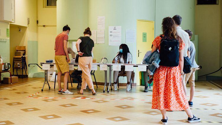 Un bureau de vote dans le 11e arrondissement de Paris, lors du premier tour des élections régionales, le 20 juin 2021. (DELPHINE LEFEBVRE / HANS LUCAS / AFP)