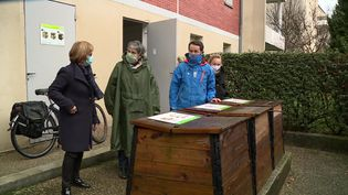 À Agen, des habitants se retrouvent autour des composteurs collectifs de leur résidence. (France 3 Aquitaine)