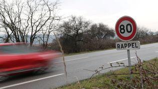 Un panneau limitant la vitesse à 80 km/h à Pont-de-l'Isère (Drôme), le 8 janvier 2018. (MAXPPP)