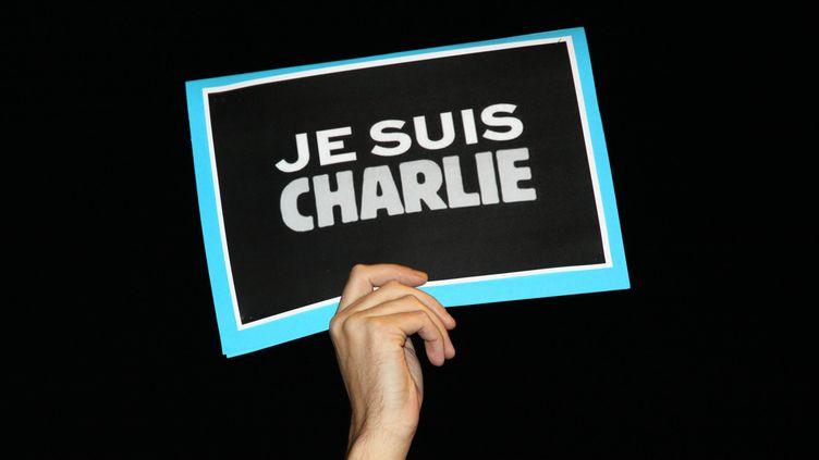 """""""Je suis Charlie"""", brandi à Marseille, le 7 janvier 2015. (CITIZENSIDE / MANON THAUST / AFP)"""