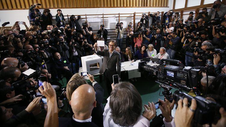 Le président de la Généralitat de Catalogne, Artur Mas, vote en présence des journalistes venus du monde en entier. (ALBERT GEA / REUTERS)