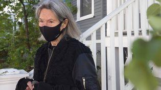 La poétesse américaine Louise Glück devant sa maison à Cambridge (Massachussets), le 8 octobre 2020 (MICHAEL DWYER / AP /SIPA)