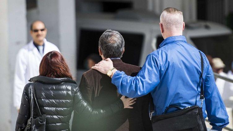 Des proches des touristes tués lors de l'assaut du musée du Bardo, à Tunis (Tunisie), quittent la morgue de l'hôpital Charles-Nicolle, jeudi 19 mars 2015. ( ANADOLU AGENCY / AFP)