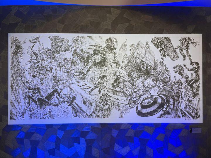 Dix-sept personnages Marvel se trouvent en mouvement dans cet immense dessin réalisé à main levée par l'artiste coréen Kim Jung Gi. (Anthony Jammot)