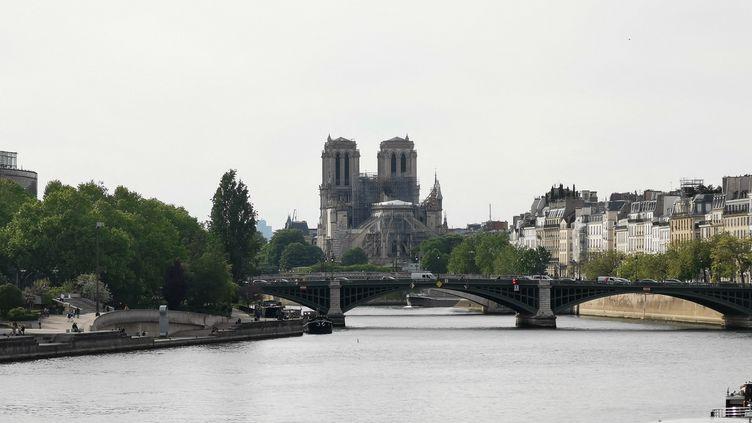 La cathédrale Notre-Dame de Paris et les bâches recouvrant l'emplacement du toit après son incendie, le 7 mai 2019. (BASTIEN DECEUNINCK / FRANCE-INFO)
