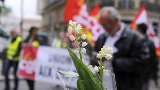 Le 1er mai est traditionnellementun jour de manifestations pour défendre les droits des travailleurs. C'est aussi le jour où l'on s'offre du muguet. Image d'illutsration (BORIS HORVAT / AFP)