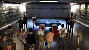 Les cerceuils de Simone Veil et de son mari Antoine, sont exposés jusqu'au samedi 30 juin au Mémorial de la Shoah. (STEPHANE DE SAKUTIN / AFP)