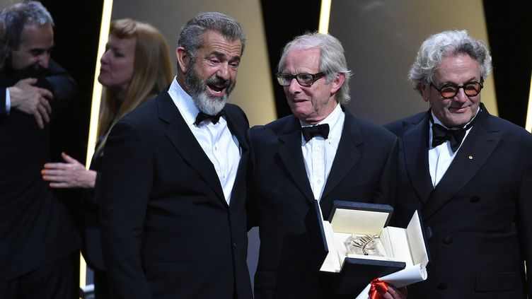 Ken Loach, Palme d'or, entouré de Mel Gibsons et George Miller, président du jury  (ALBERTO PIZZOLI / AFP)