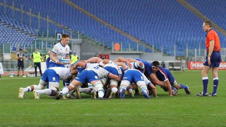Une mêlée lors du match Italie-France, à Rome. (NDERIM KACELI / AVALON / MAXPPP)