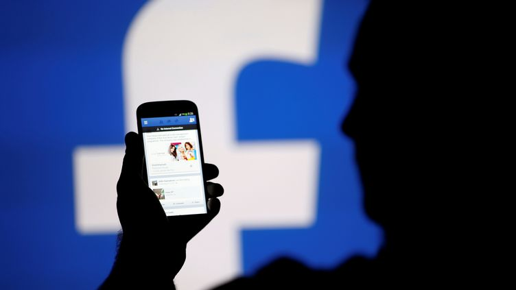 Un hommeconsulte son fil d'actualité sur Facebook, àZenica (Bosnie-Herzégovine), le 14 août 2013. (DADO RUVIC / REUTERS)