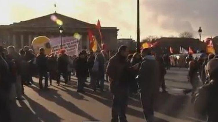 Début du rassemblement syndical sur le pont de la Concorde, à Paris, le 13 décembre 2011. (REUTERS)
