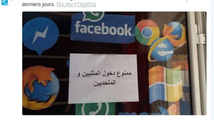 Affichette apposée sur un magasin de Tunis, apparemment un café internet, expliquant en arabe:«Interdit d'entrer aux homosexuels et aux athées (capture d'écran de Twitter). (Capture d'écran de Twitter )