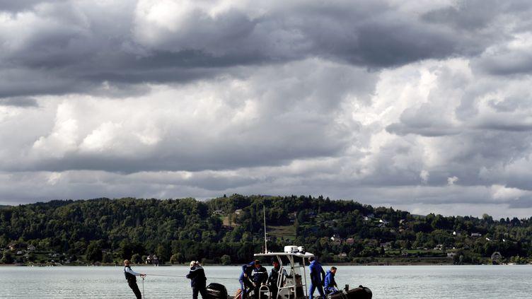 Des gendarmes finissent de sonder les derniers mètres carrés dulac d'Aiguebelette (Isère), où le suspect, dans l'affaire de l'enlèvement de la petite Maëlys, avait l'habitude de se rendre. (JEFF PACHOUD / AFP)