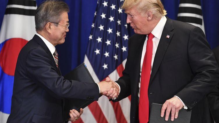 Donald Trump signe un accord commercial avec le président sud-coréen Monn Jae-in, le 24 septembre 2018, à la veille de l'ouverture de la 73e assemblée générale des Nations unies. (NICHOLAS KAMM / AFP)