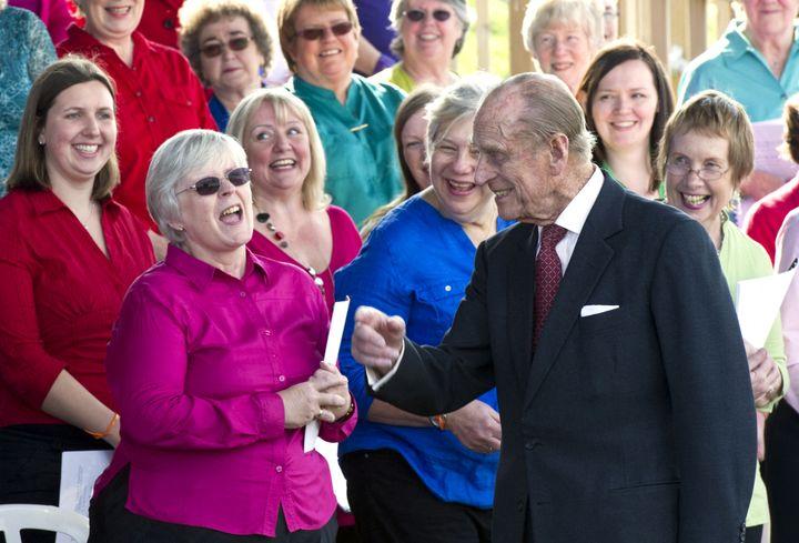 Le prince Philip plaisante le 29 mars 2012 lors d'une visite d'un école au nord de Londres. (ARTHUR EDWARDS / AFP)