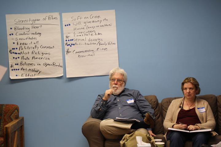 Deux démocrates lors d'un exercice sur les stéréotypes, au cours d'un atelier de l'organisation Better Angels, le 27 octobre 2018 à Arlington, en Virginie (Etats-Unis). (VALENTINE PASQUESOONE / FRANCEINFO)