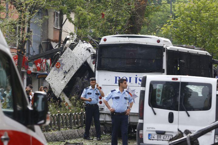 Des policiers sur les lieux de l'attentat, à Istanbul (Turquie), mardi 7 juin 2016. (OSMAN ORSAL / REUTERS)