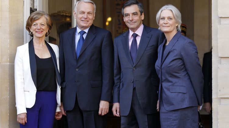 Les couples Ayrault-Fillon sur le perron de Matignon, mercredi 16 mai 2012. (BENOIT TESSIER / REUTERS)