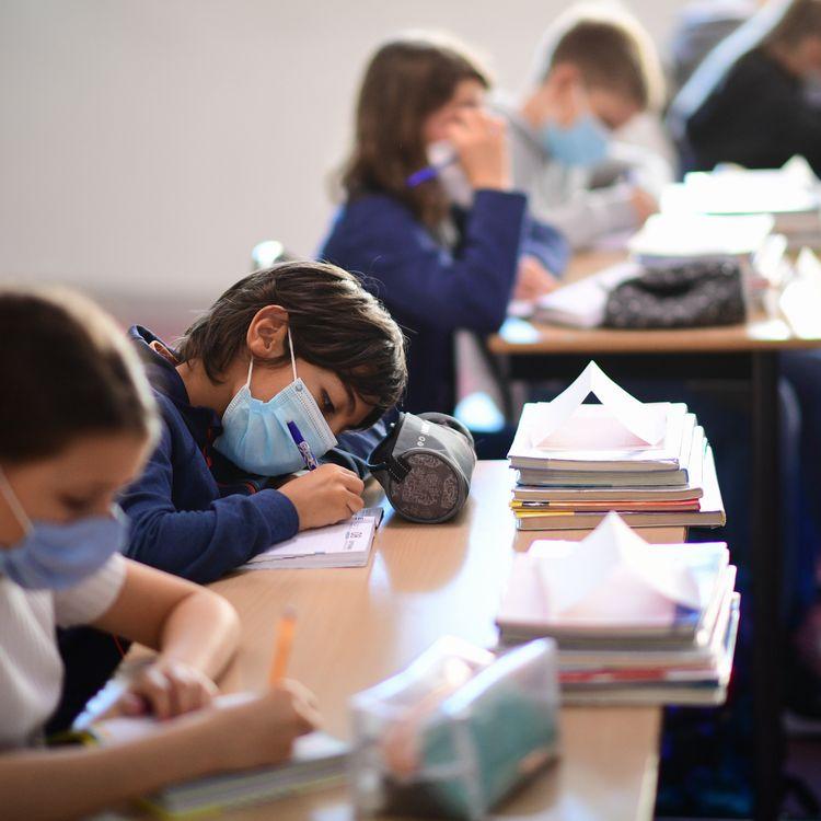 Des élèves travaillent dans une classe de Vincennes, près de Paris, le 1er septembre 2020. (MARTIN BUREAU / AFP)