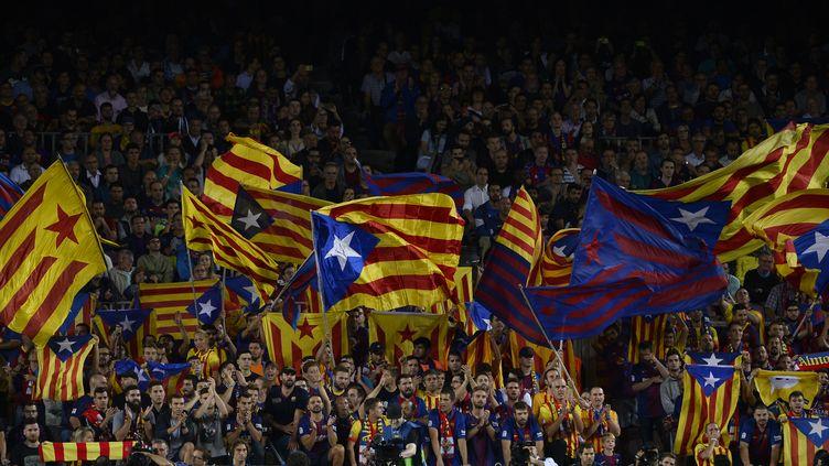 Des fans du Barça brandissent l'estelada (JOSEP LAGO / AFP)