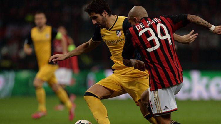 Diego Costa (à gauche) buteur face au Milan AC (FILIPPO MONTEFORTE / AFP)