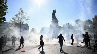 """Des """"gilets jaunes"""" manifestent sur la place de la République, à Paris, le 20 avril 2019. (ANNE-CHRISTINE POUJOULAT / AFP)"""