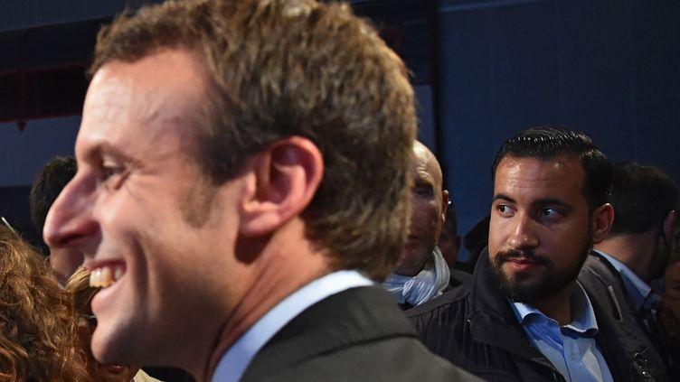 Alexandre Benalla (second plan)assure la sécurité du candidat à l'élection présidentielle Emmanuel Macron lors d'un meeting au Mans (Sarthe), le 11 octobre 2016. (JEAN-FRANCOIS MONIER / AFP)