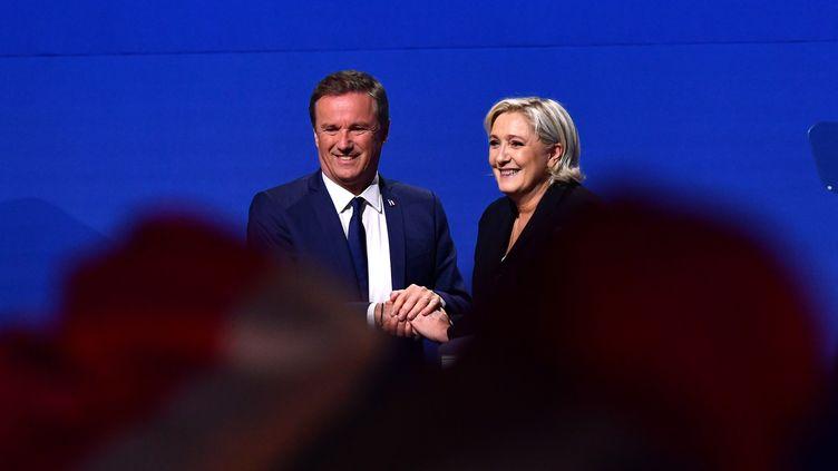 Marine Le Pen et Nicolas Dupont-Aignan saluent la foule lors d'un meeting de campagne, le 1er mai 2017, à Villepinte (Seine-Saint-Denis). (ANTONIO BORGA / ANADOLU AGENCY / AFP)