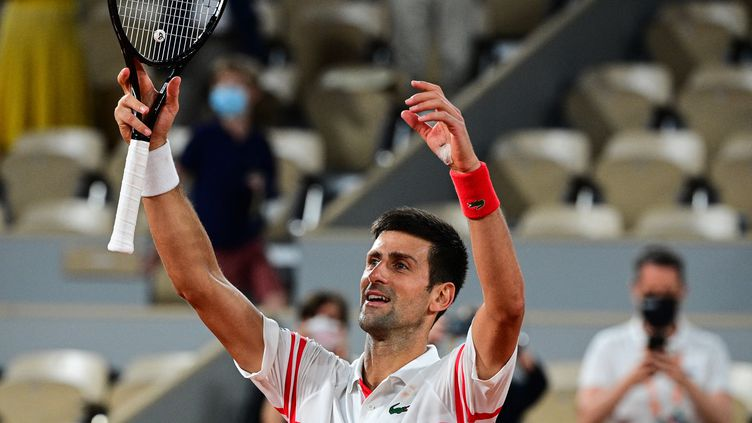 Novak Djokovic célèbre sa victoire face à Rafael Nadal en demi-finales de Roland-Garros, le 11 juin (MARTIN BUREAU / AFP)
