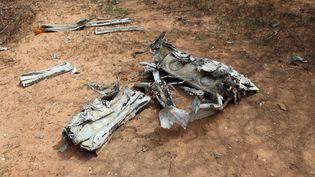 Un fragment de l'avion du volAH5017 d'Air Algérie, le 1er août 2014 dans la région de Gossi dans le Mali. (SEBASTIEN RIEUSSEC / AFP)