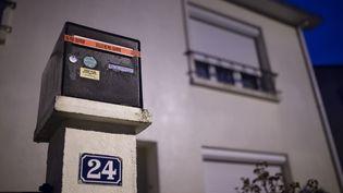 La boîte aux lettres de la famille Troadec, portée disparue, à Orvault (Loire-Atlantique), le 1er mars 2017. (JEAN-SEBASTIEN EVRARD / AFP)