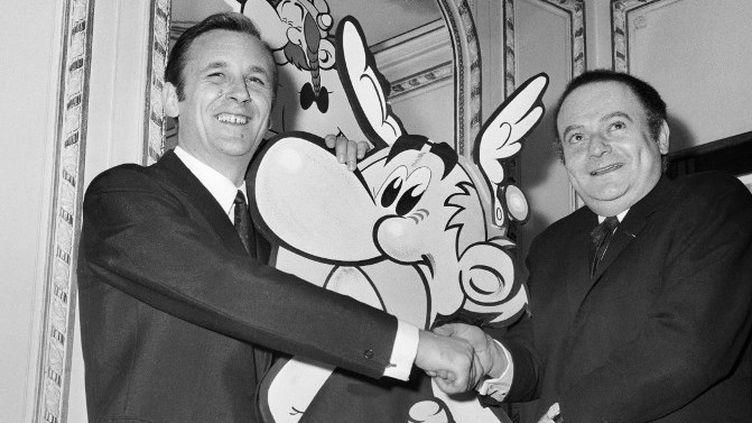 René Goscinny et Albert Uderzo avec une image d'Astérix en 1967  (UPI / AFP)