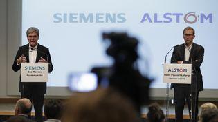 Le PDG de Siemens, Joe Kaeser, et celui d'Alstom, Henri Poupart-Lafarge, le 27 septembre 2017. (THOMAS SAMSON / AFP)