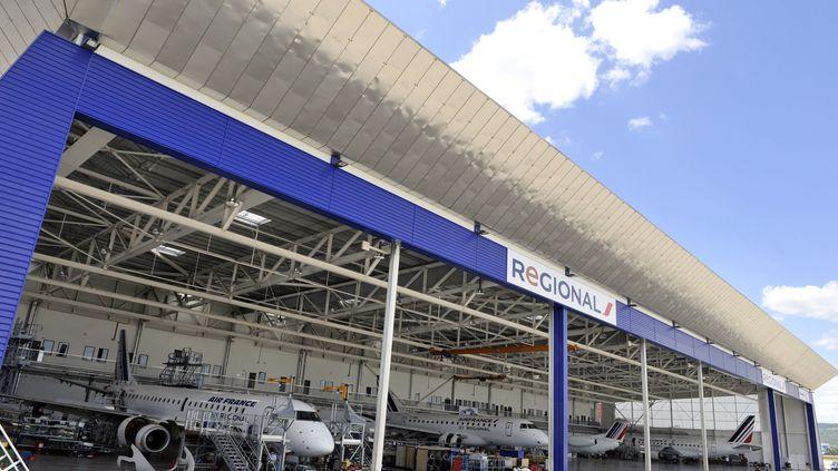 Des avions de la compagnie aérienne Regional, filiale d'Air France, à l'aéroport de Clermont-Ferrand (Puy-de-Dôme), le 22 juin 2012. (THIERRY ZOCCOLAN / AFP)