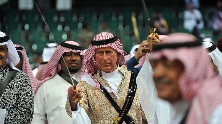 Le prince Charmes effectue la danse traditionnelle de l'ardah, mardi 18 février à Riyad (Arabie Saoudite). (FAYEZ NURELDINE/AP/SIPA)