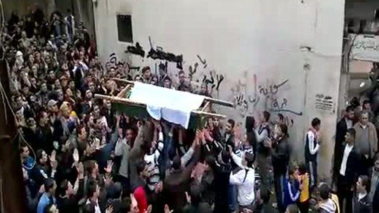 Capture d'écran d'une vidéo montrant les funérailles d'une victime de la répression du régime syrien, à Tal Kalakh, dans la province de Homs, le 20 novembre 2011. (YOUTUBE / AFP)